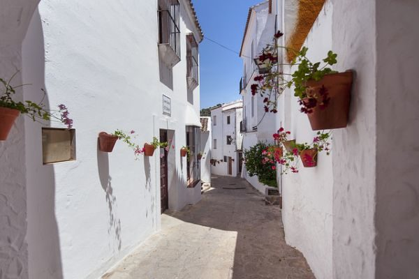 Calle típica de El Gastor en Cádiz